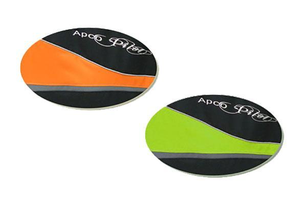 El arnés Tandem Pilot está disponible en dos colores estándar: negro / naranja y negro / lima.
